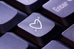 Hjärta- och pilsymbol på den nyckel- datoren Royaltyfri Bild