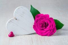Hjärta och Rose Flowers på den lantliga tabellen - Valentine Concept arkivbild