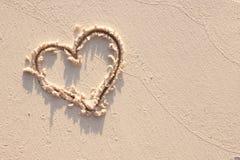 Hjärta och sand i Seychellerna royaltyfria foton