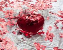 Hjärta och små hjärtor som svävar i vattnet Royaltyfri Bild