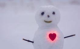 Hjärta och snögubbe lycklig s valentin för dag Royaltyfri Bild