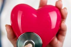 Hjärta och stetoskop Arkivbild