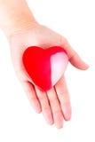 Hjärta på öppet gömma i handflatan som förälskelsesymbol Royaltyfri Foto