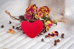 Hjärta på bakgrunden av torkade blommor Arkivbilder