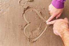 Hjärta på en sand fotografering för bildbyråer