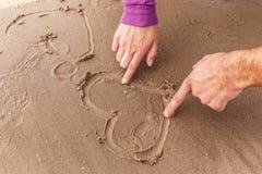 Hjärta på en sand Arkivbild