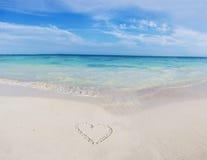Hjärta på en tropisk strand Royaltyfri Bild