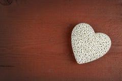 Hjärta på ett träbräde romantisk bakgrund Önska för dag för St-valentin` s placera text Royaltyfria Foton