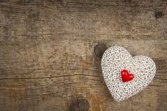 Hjärta på ett träbräde romantisk bakgrund Önska för dag för St-valentin` s placera text Royaltyfri Fotografi