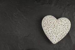 Hjärta på ett träbräde romantisk bakgrund Önska för dag för St-valentin` s placera text Arkivfoto