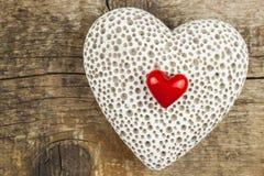Hjärta på ett träbräde romantisk bakgrund Önska för dag för St-valentin` s placera text Royaltyfri Foto
