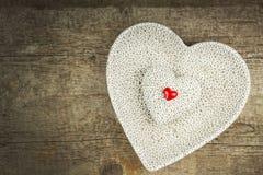 Hjärta på ett träbräde romantisk bakgrund Önska för dag för St-valentin` s placera text Arkivbilder