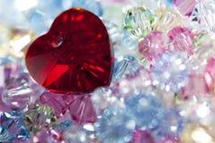 Hjärta på mycket små glass pärlor Arkivfoton
