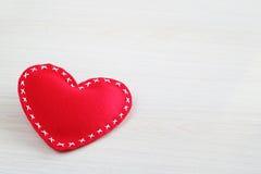 Hjärta på röd bakgrund Fotografering för Bildbyråer