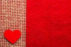 Hjärta på röd torkdukebakgrund Royaltyfri Foto