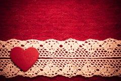 Hjärta på röd torkdukebakgrund Arkivbild