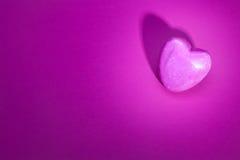 Hjärta på rosa bakgrund Arkivbild