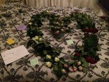 Hjärta på säng som göras med rosor Royaltyfri Foto
