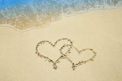 Hjärta på sanden vid havet Arkivfoto