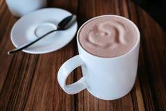 Hjärta på skum rånar cappuccino royaltyfri foto