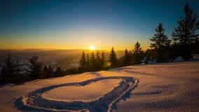 Hjärta på snö, soluppgångvinterberg lager videofilmer