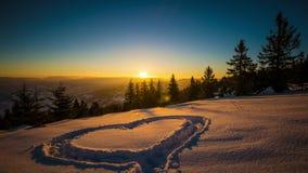 Hjärta på snö, soluppgångvinterberg, 8K stock video