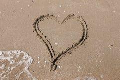Hjärta på stranden. Romantisk sammansättning. royaltyfri bild