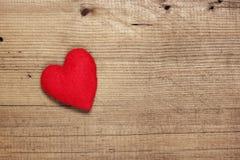 Hjärta på träbakgrund Arkivfoton