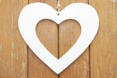 Hjärta på träbakgrund Royaltyfri Fotografi