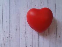 Hjärta på träbakgrund Arkivfoto