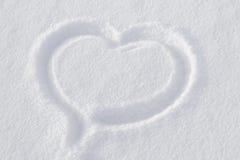 Hjärta på vit snö Arkivbild