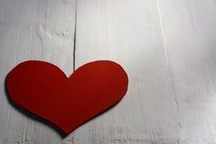 Hjärta på vit wood bakgrund lycklig s valentin för dag Royaltyfri Foto