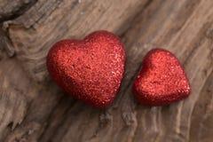 Hjärta på wood bakgrund Arkivbilder