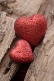 Hjärta på wood bakgrund Arkivfoto
