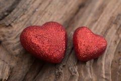 Hjärta på wood bakgrund Arkivfoton