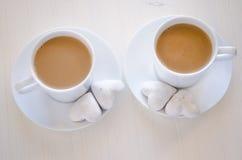 Hjärta-Shape kakor och kaffe arkivbild