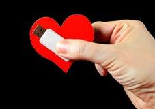 Hjärta Shape och USB drev i handen Royaltyfri Foto
