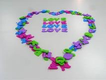 Hjärta shapped med bokstäver med ordförälskelsen på den arkivfoton