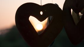Hjärta som är keramisk med soluppsättningen royaltyfri fotografi