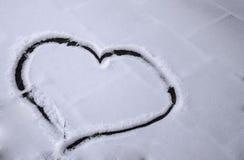 Hjärta som dras i snö Arkivbilder