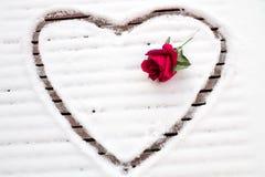 Hjärta som dras i snön Arkivbilder