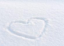 Hjärta som dras i snowen Arkivbilder