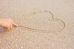 Hjärta som dras på sand Royaltyfri Foto