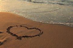 Hjärta som dras på sanden Arkivfoto
