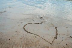 Hjärta som dras på sanden Arkivbilder