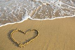 Hjärta som dras på sanden av en strand Förälskelse Royaltyfria Foton
