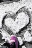 Hjärta som dras på snön Arkivbilder