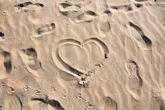 Hjärta som ett tecken av förälskelse på stranden Royaltyfri Fotografi