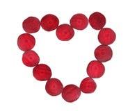 Hjärta som formas av rödbetaskivor Arkivfoton