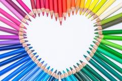 Hjärta som göras av färgrika färgpennor Royaltyfria Foton